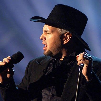 PASADENA, :  Country Music Artist Garth Brooks performs