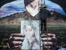 Jess X. Chen, de Nueva York, viajó a Phoenix para ser parte de éste proyecto muralista, que es un tributo a los inmigrantes que murieron cruzando la frontera sur.
