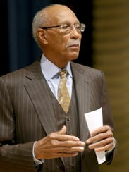 Former Detroit Mayor Dave Bing talks with students