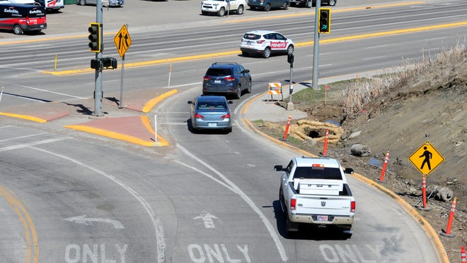 The Overlook Drive right turn lane puts eastbound motorists into their own lane of traffic on 10th Avenue South.