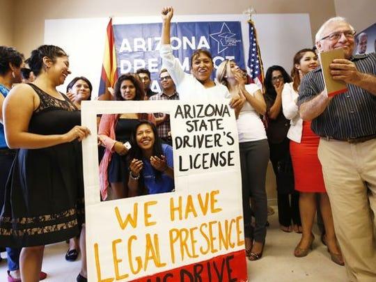 Arizonaempezó a otorgar licencias de conducir en el 2014 a los jóvenes inmigrantes que llegaron sin documentos al país cuando eran menores de edad traídos por sus padres.