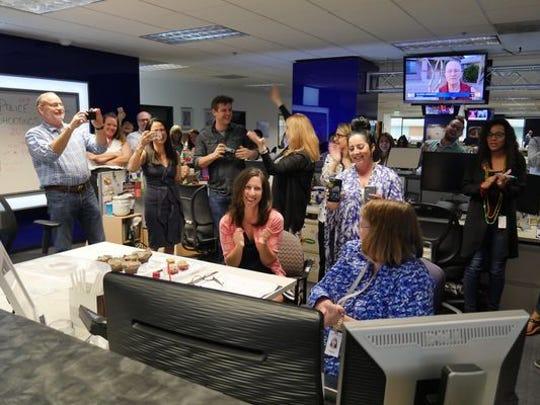 Miembros del periódico The Arizona Republic celebran