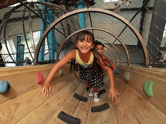 El escalador Schuff-Perini en el Museo de los Niños de Phoenix ofrece una vista panorámica de la bulliciosa actividad a continuación.