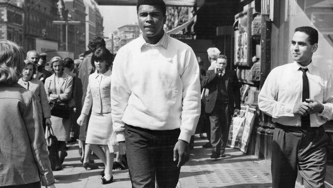 The world heavyweight boxing champion Muhammad Ali on a London street. )