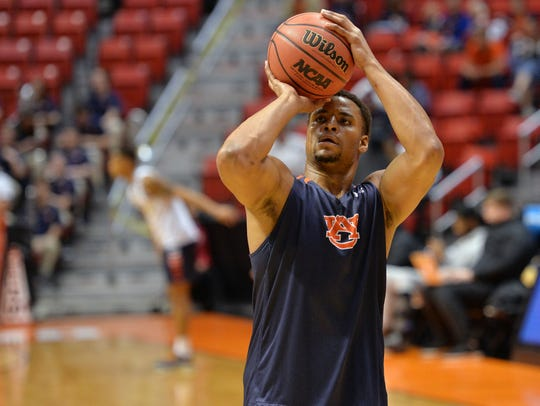 Auburn Tigers forward Desean Murray gets in some practice