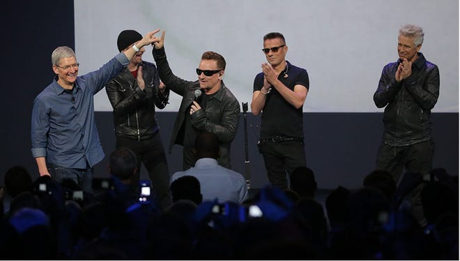 Apple CEO with the rock band U2 (The Edge, Bono, Larry Mullen, Adam Clayton)