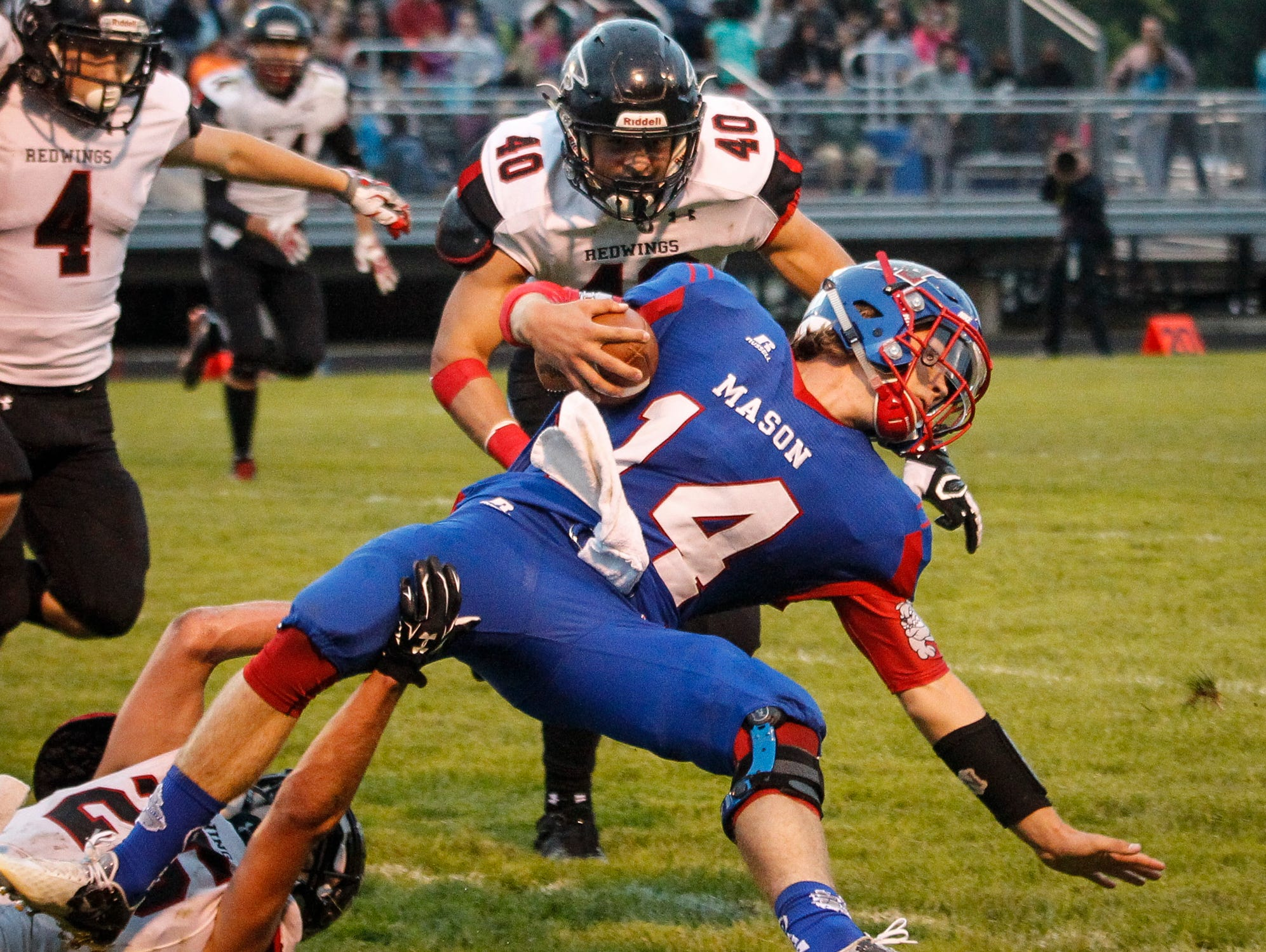 Tanner Motz (40) tackles Mason's Jarrett VanHavel during a game last fall. The St. Johns linebacker recently verbally committed to Western Michigan.