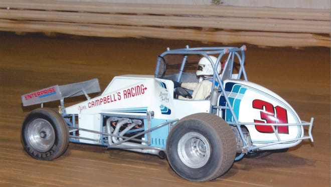 Leroy Felty leading a race in a Jim Campbell-owned Sprint car.