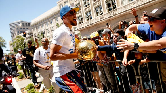 15 fantastic photos of Steph Curry, Kevin Durant and Warriors at parade