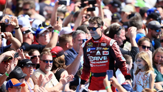 Jeff Gordon gets huge applause from the fans as he is introduced for the 2015 Daytona 500.