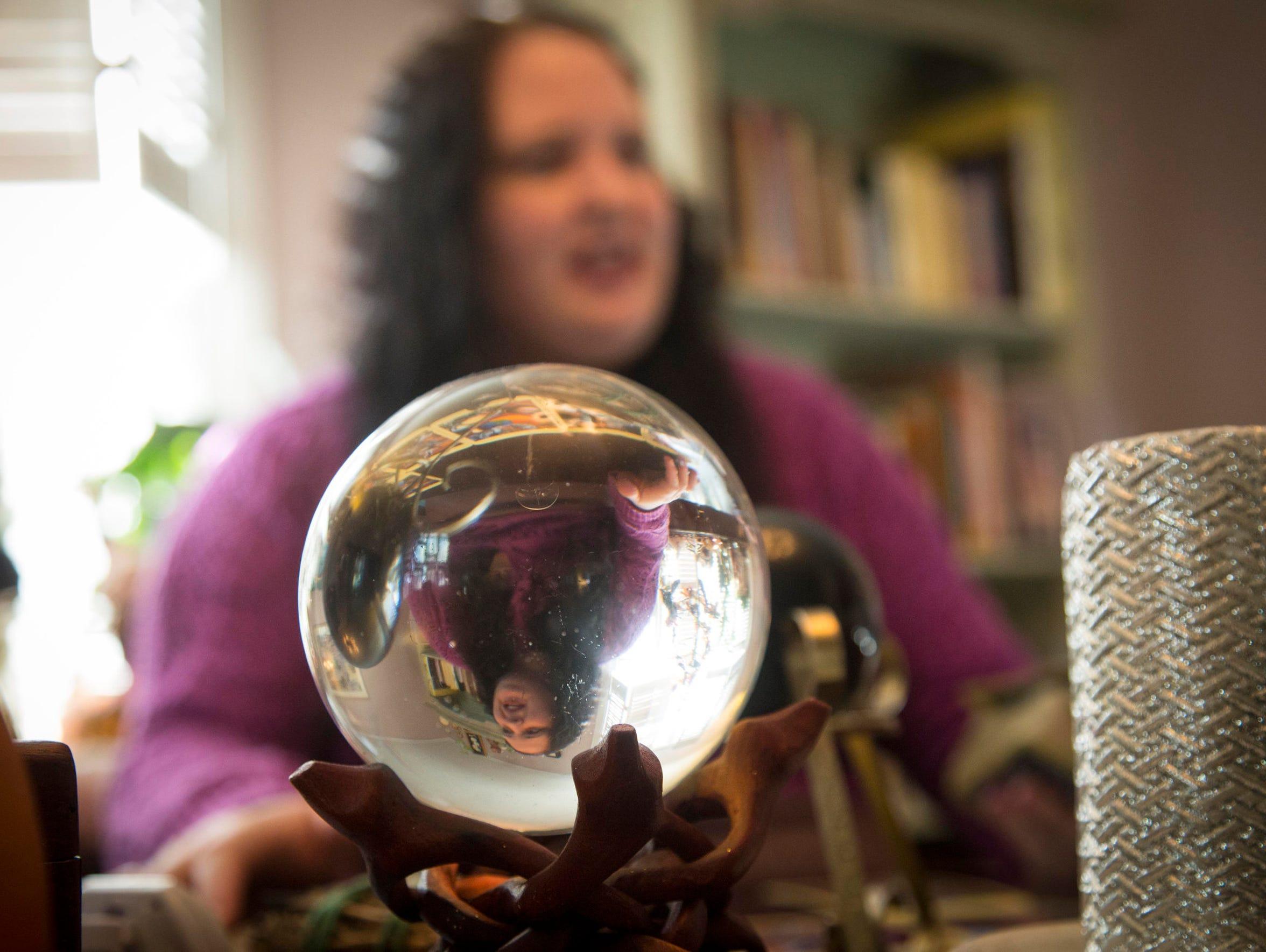 Vision Psychics' Ula Yule does a tarot card reading