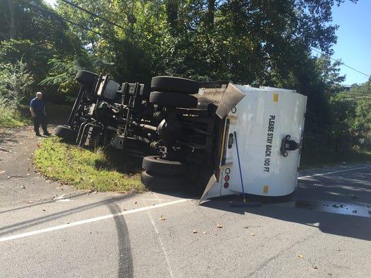635780978146722826-Trash-Truck-flips
