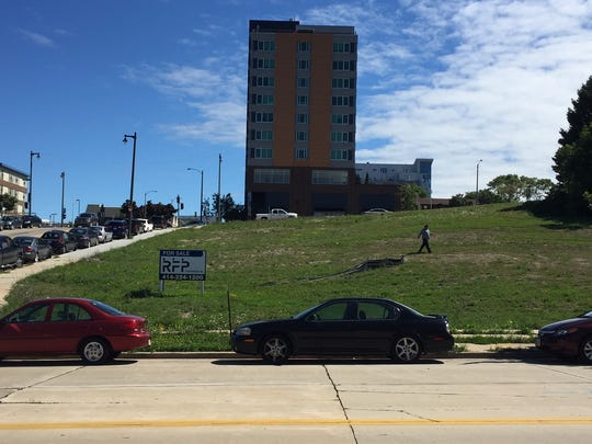 A large downtown development site is being targeted by a Chicago firm for an apartment building with around 200 units.