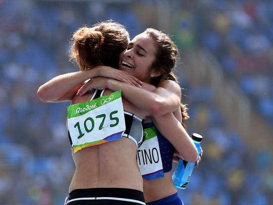 Abbey D'Agostino (USA) and Nikki Hamblin (NZL) embrace