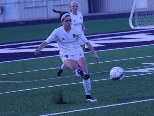 Wylie's Gracie McCaslin (4) makes a pass during the