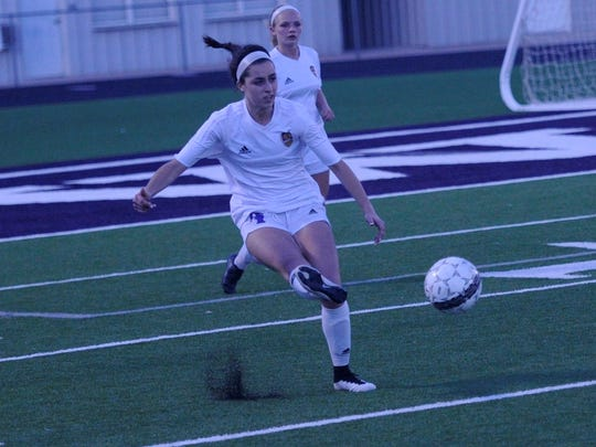 Wylie's Gracie McCaslin (4) makes a pass during the 2-1 loss to Odessa Permian on Friday, Jan. 26, 2018.