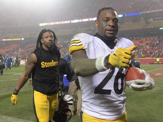Steelers running back Le'Veon Bell (26) walks off the