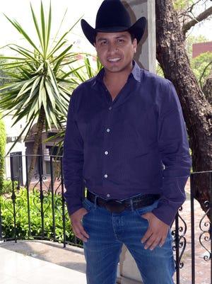 """En México, cuando un papá está encantado con su bebé, le dicen """"culeco"""", y tal cual está Julión Álvarez con María Isabel, quien le heredó la sonrisa."""