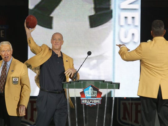 Jim Kelly throws a pass to Andre Reed after Reed Hall of Fame speech.
