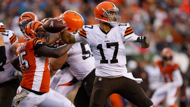 Jason Campbell (17) gets off a pass under pressure from Bengals defensive end Wallace Gilberry (95) in November.