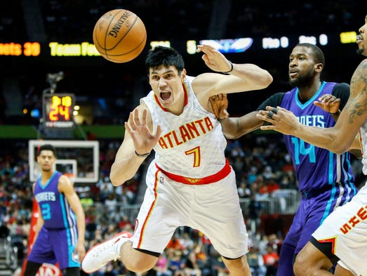 Atlanta Hawks forward Ersan Ilyasova (7) reaches for