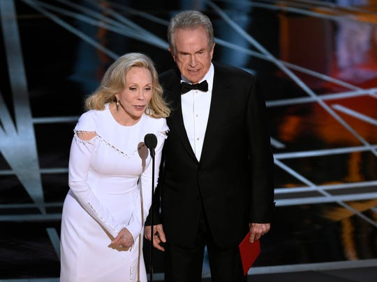 Faye Dunaway, left, and Warren Beatty present the award