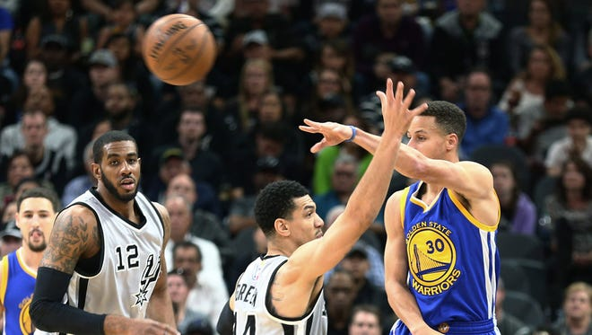 Golden State Warriors guard Stephen Curry (30) guarded by San Antonio Spurs guard Danny Green (14).