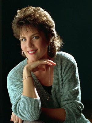 """In this Sept. 27, 1995, file photo, Holly Dunn poses for a photo in Nashville. Dunn, a San Antonio native who had a hit in 1986 with """"Daddy's Hands,"""" about her minister father, has died. She was 59. Dunn died in hospice care in Albuquerque, N.M., according to June Keys, the gallery manager at Peña-Dunn gallery in Santa Fe, where Dunn's paintings were displayed."""