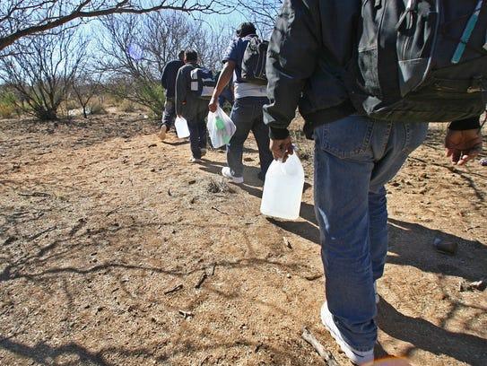 Personas indocumentadas caminan por el desierto de