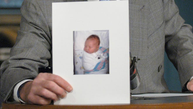 "**CAPTION CORRECTION * CORRECTS BABY'S WEIGHT TO 9 POUNDS AND 11 OUNCES, NOT INCHES**  David Letterman holds a photo of his new son, Harry Joseph Letterman, during the taping of ""The Late Show with David Letterman,"" Tuesday, Nov. 4, 2003, in New York. Letterman announced that his girlfriend, Regina Lasko, delivered a baby boy late Monday night. He weighed in at 9 pounds, 11 ounces and is 21 inches long. (AP Photo/JP Filo, CBS)"
