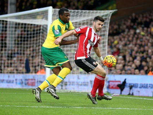 Southampton's Shane Long, right, and Norwich City's Sebastien Bassong in action during the English Premier League soccer match at Carrow Road, Norwich, England, Saturday Jan. 2, 2016. (Chris Radburn/PA via AP) UNITED KINGDOM OUT