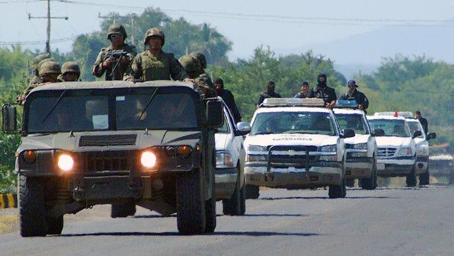 Un convoy de militares y agentes de la Agencia Federal de Investigaciones (AFI),  resguardan la carretera.