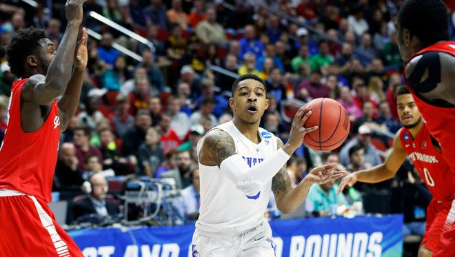 Kentucky's Tyler Ulis with a no look pass surrounded by Stony Brook defenders.  Mar. 17, 2016