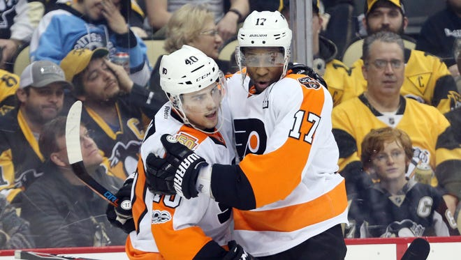 Wayne Simmonds, right, is hoping to re-create some of the success he had with Jordan Weal, left, last season at this time.