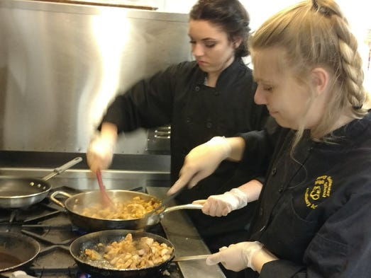 Ayudan estudiantes de arizona a elaborar recetas for Cocinando el cambio