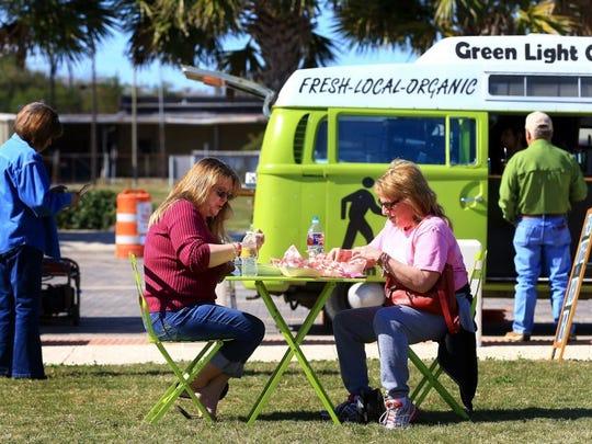 Judy Benavides (left) and Mel Glenn eat lunch during