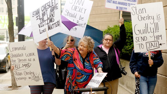 Connie Centers leads a group of fen-phen victims Wednesday around the Hamilton County Sheriff's Office calling for the arrest of attorney Stan Chesley, who has been ordered to pay $25 million after a judge said he and the rest of the legal team skimmed money from their $200 million settlement.