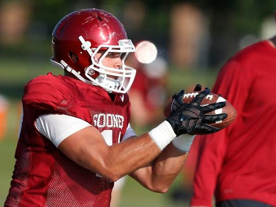 Oklahoma tight end Blake Bell catches a pass during a team practice in Norman, Okla.