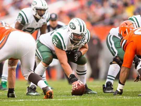 Jets center Wesley Johnson prepares to hike the ball during the second half against the Browns on Oct. 30, 2016 in Cleveland.