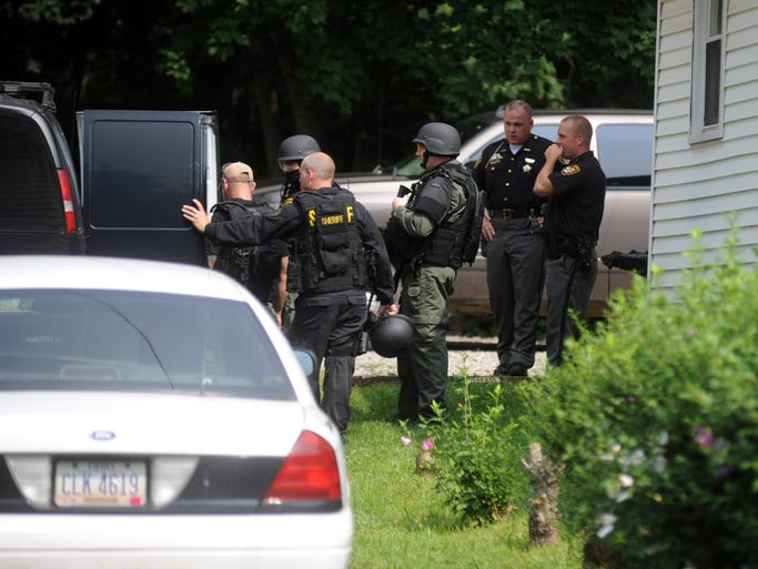 Law enfocement officers conclude a search on Pine Street. The Muskingum County Sheriffâ??s Office and the Zanesville Police Department conducted two simultaneous raids Wednesday afternoon. One at 456 Pine St and another behind 372 Bailey St.