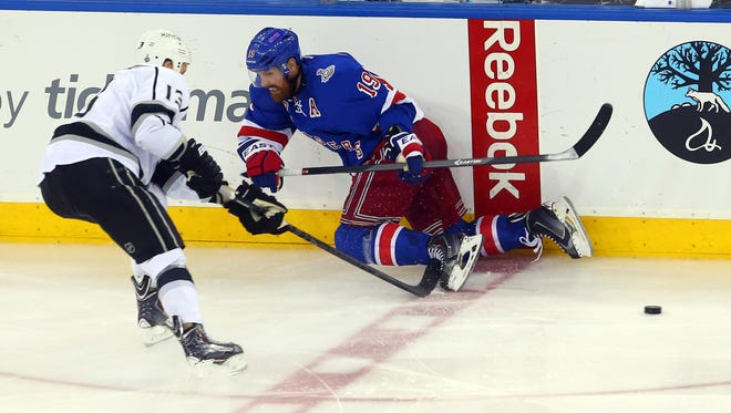 New York's Brad Richards and Los Angeles' Kyle Clifford battle for the puck in Game 4.