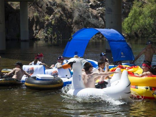 Salt River Tubing es un parque con río natural que