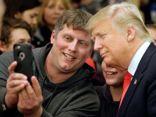 Mike Morill takes a selfie with Republican presidential