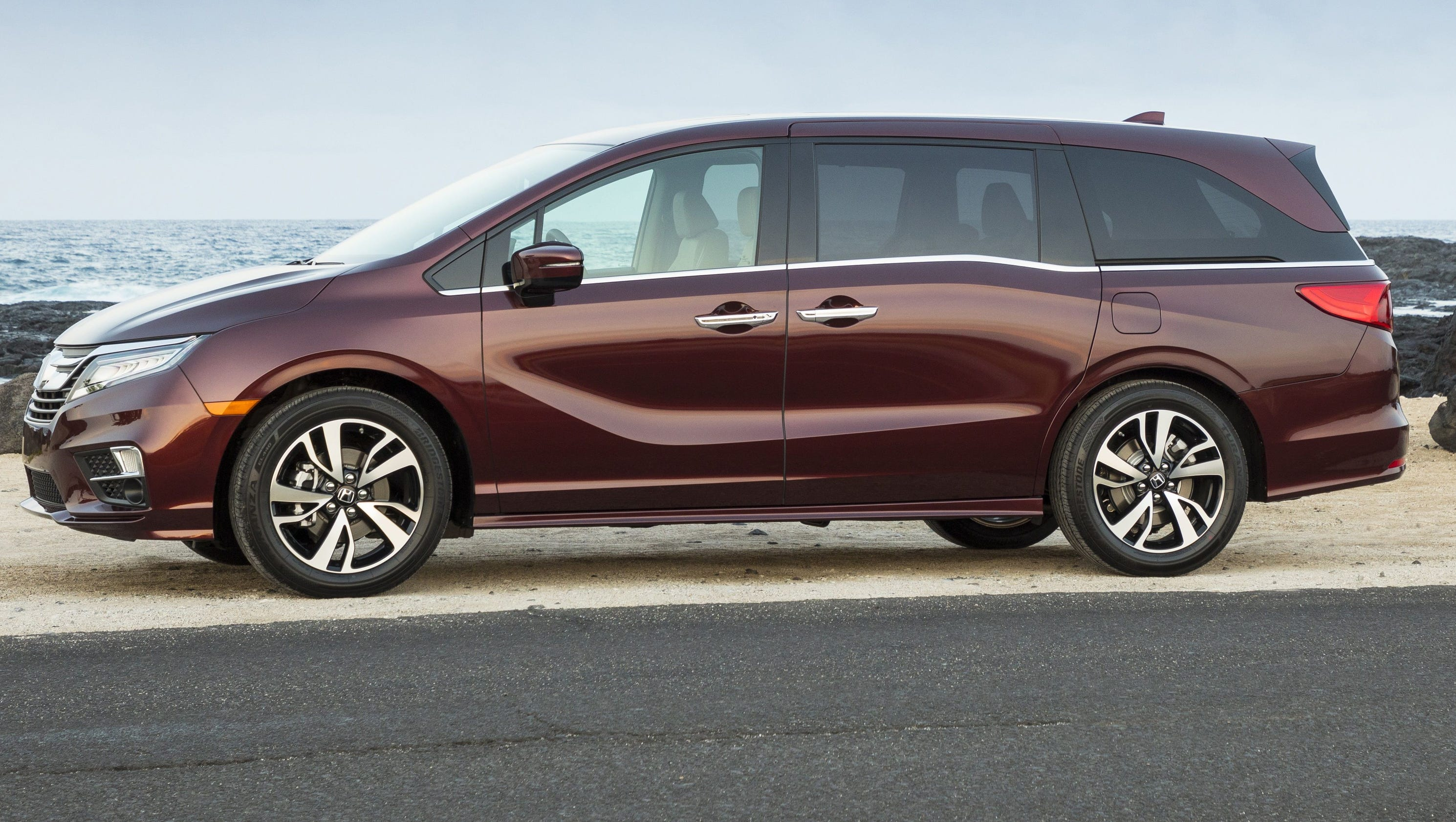 review maxi minivan honda odyssey piles on features. Black Bedroom Furniture Sets. Home Design Ideas