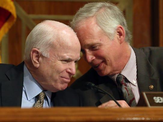Los senadores John McCain y Ron Johnson.