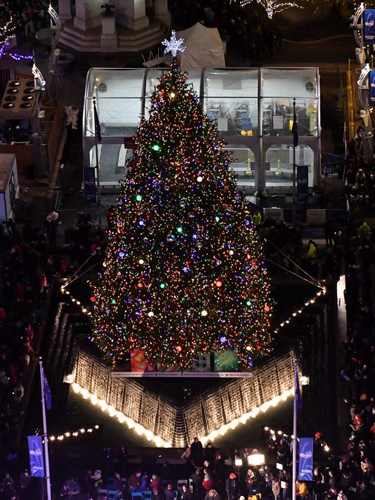636465489788601302-2017-1117-rb-me-tree-lighting209.jpg