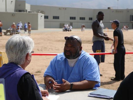 En esta foto de archivo, el recluso James Rials III habla con voluntarios en Operation Starting Line en la Prisión Estatal del Valle de Salinas.