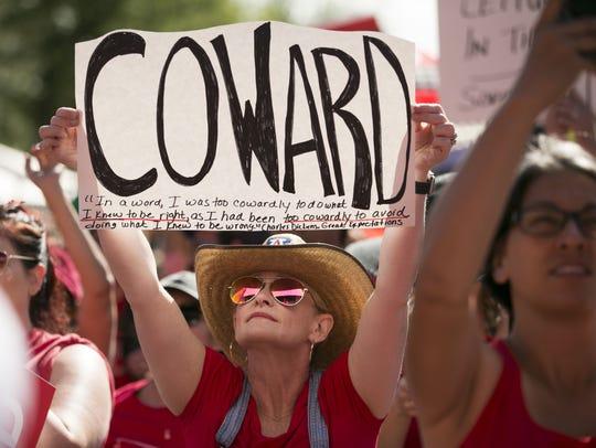 Los maestros mantienen su protesta a las afueras del