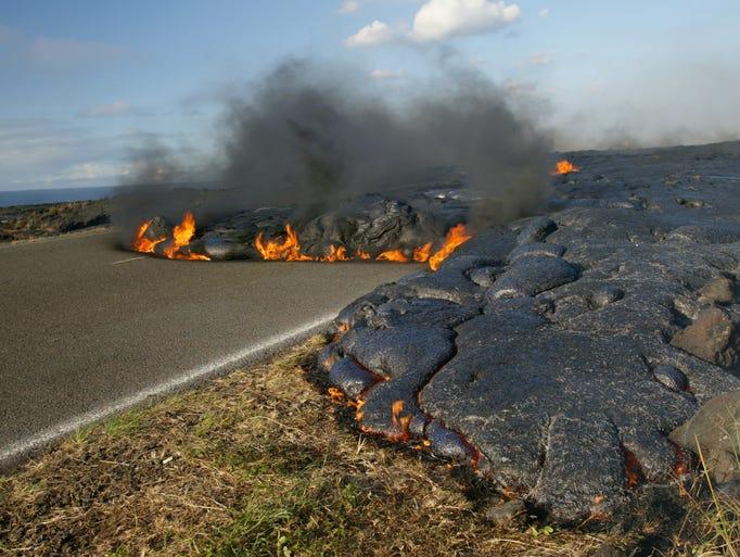 Un flujo de lava corre sobre Chain of Craters Road