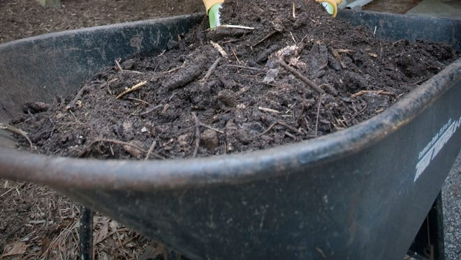 Compost site announces fall hours.